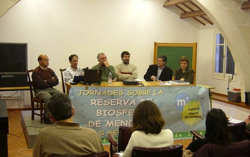 Fotografia d'un dels debats de les Jornades sobre els 10 anys de la Reserva de Biosfera de Menorca (any 2004).