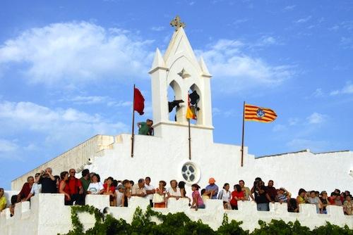 L'ermita de Sant Joan repleta de gent durant les festes de Ciutadella (any 2007).